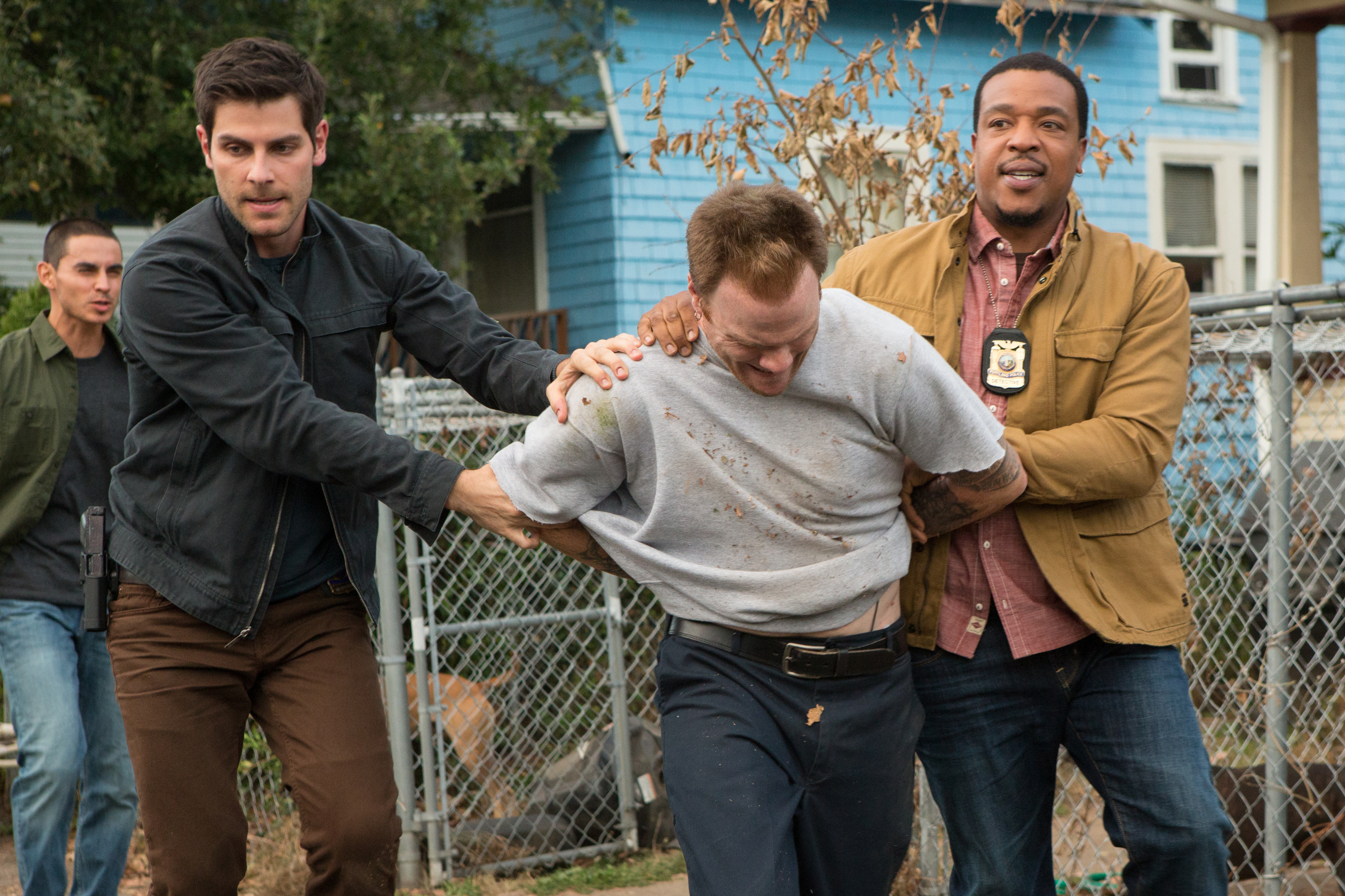"Grimm - still from the episode ""El Cucuy"", of Nick and Hank arrest a Höllentier"