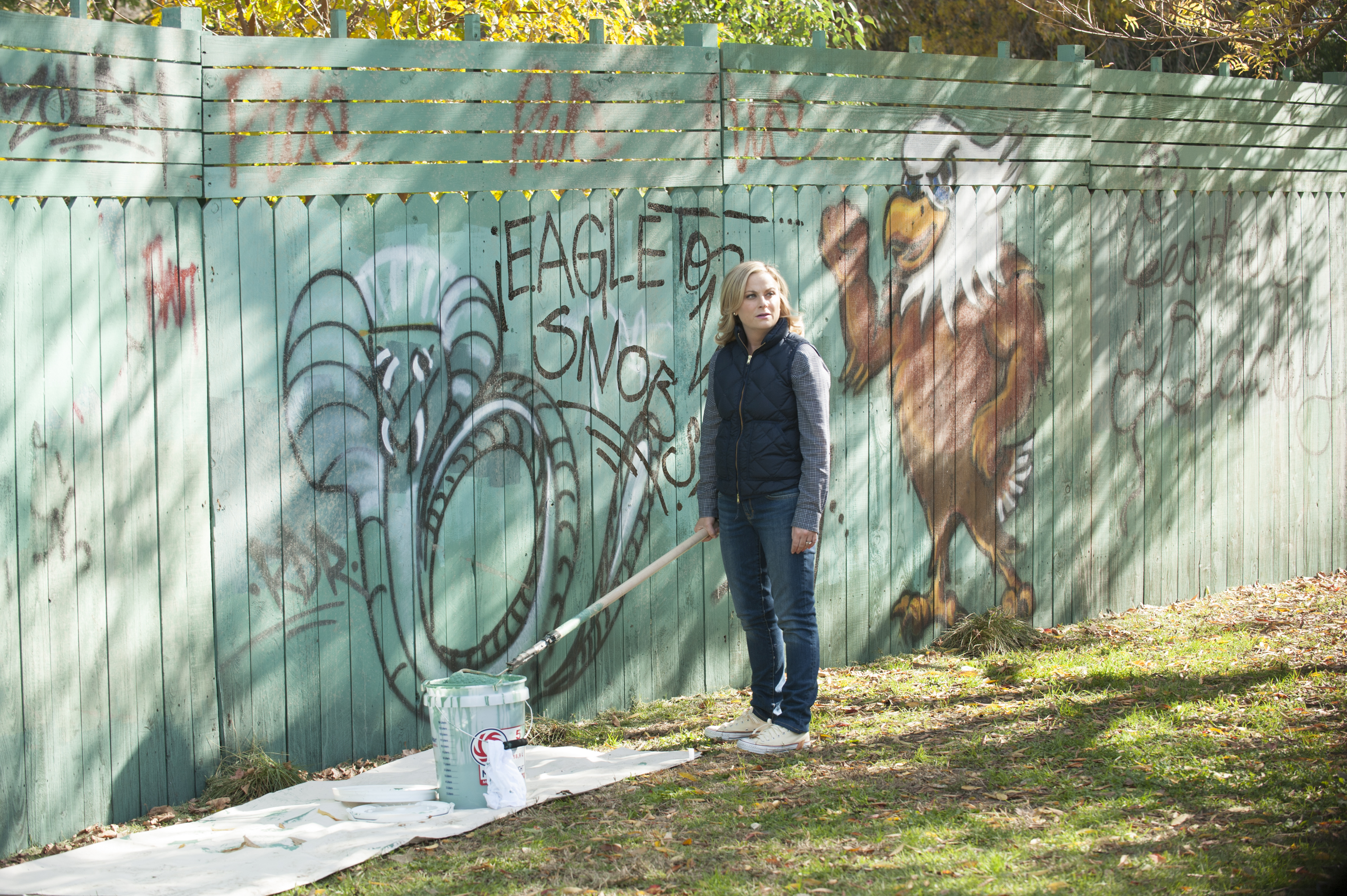 Parks and Recreation - Leslie Knope cleans graffiti from the Pawnee-Eagleton wall