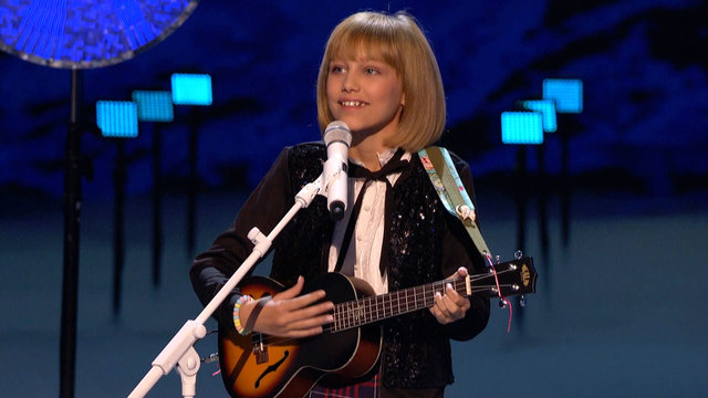 Grace VanderWaal Warms Up the Stage with Frosty the Snowman
