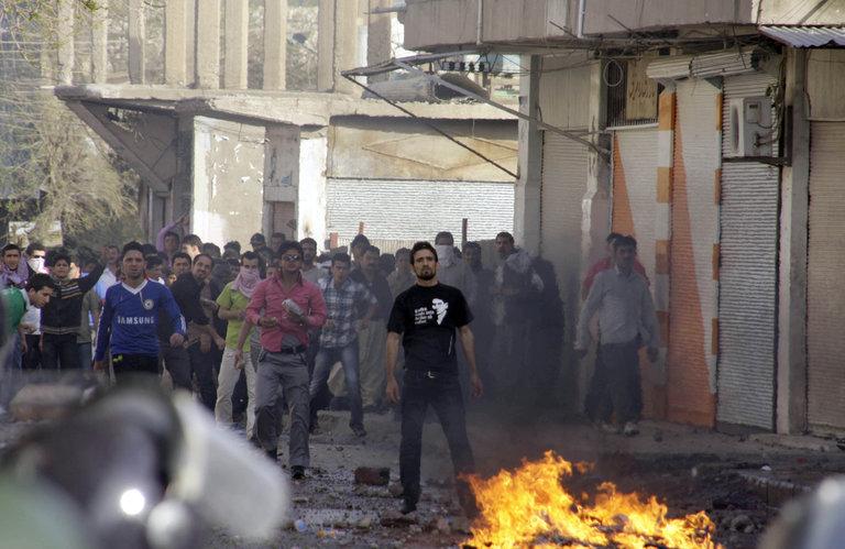 Iraqi riot police confront some 4,000 pe