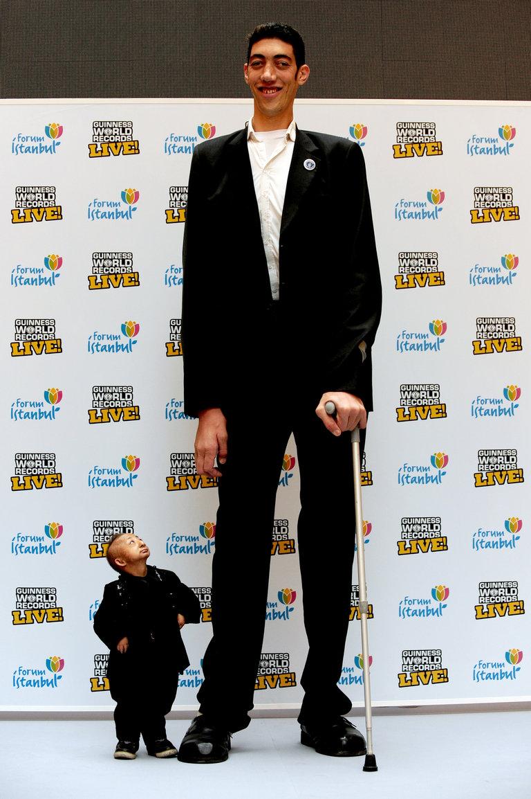 The world?s tallest man, Sultan K� (R