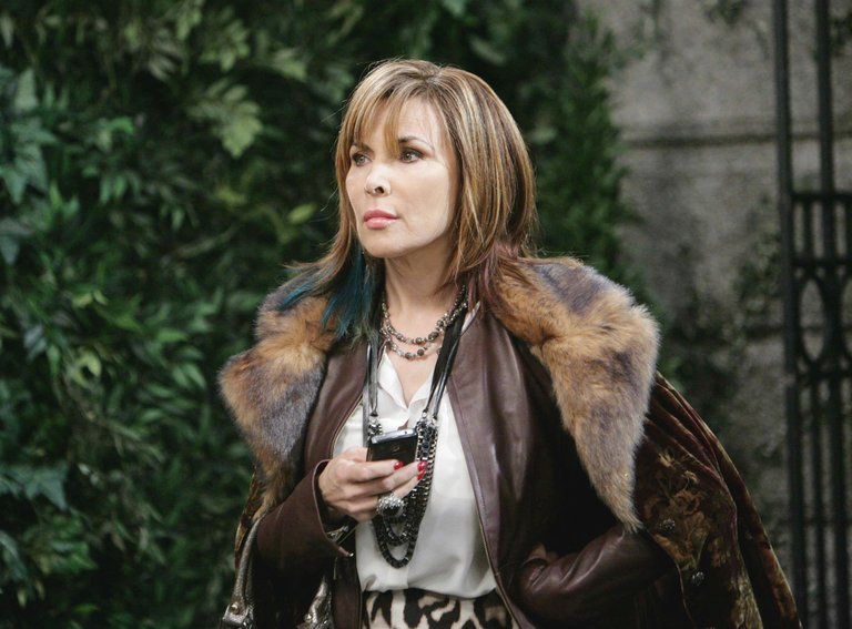 Kate stirs up trouble for EJ and Sami.