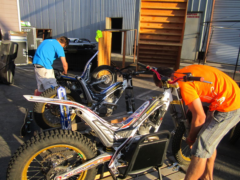 Smalls and Pat put the bikes together