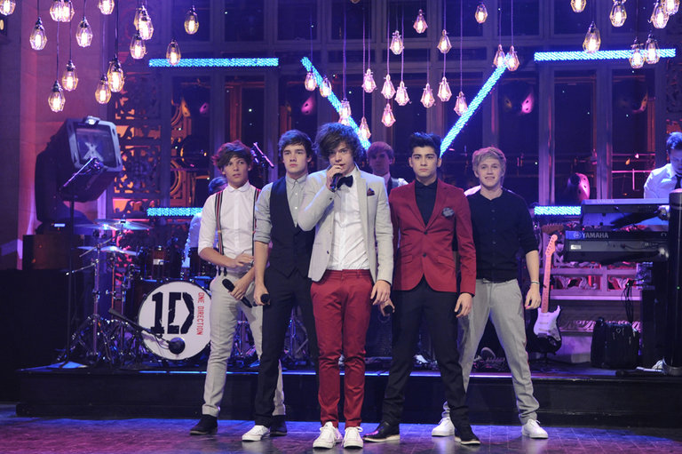 "One Direction performs ""What Makes You Beautiful"""