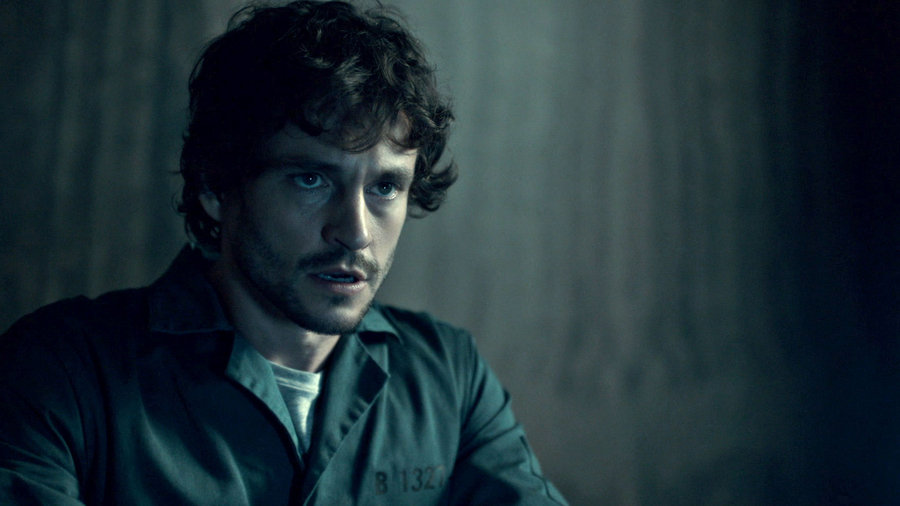 With Will Graham in prison, the FBI investigates his claims against Hannibal. A new serial killer emerges.