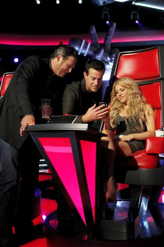 """THE VOICE -- """"Blind Auditions"""" -- Pictured: (l-r) Blake Shelton, Carson Daly, Shakira -- (Photo by: Trae Patton/NBC)"""