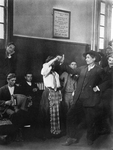 Immigrants in Ellis Island (New York) photo by Lewis Hines c. 1905